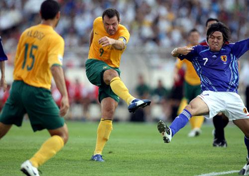 图文-[亚洲杯]日本VS澳大利亚维杜卡大力射门