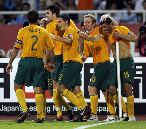 图文-[亚洲杯]日本VS澳大利亚澳洲队员欢庆进球