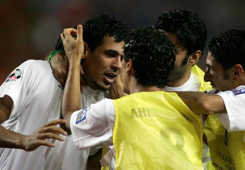 图文-[亚洲杯]伊拉克队2-0越南队队友们庆祝进球