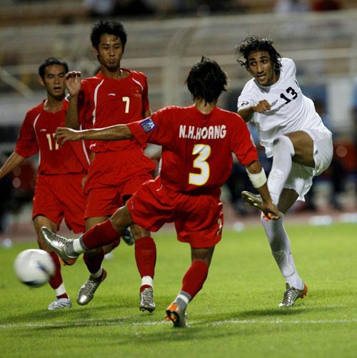 图文-[亚洲杯]伊拉克队2-0越南队卡拉尔大脚射门