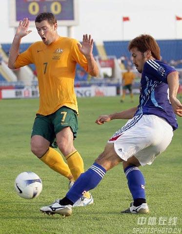 """图文-[亚洲杯]日本VS澳大利亚埃默顿躲避""""黑脚"""""""