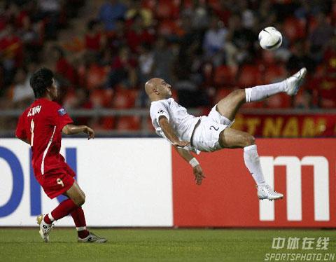 图文-伊拉克2-0淘汰越南进四强古拉姆上演精彩倒勾