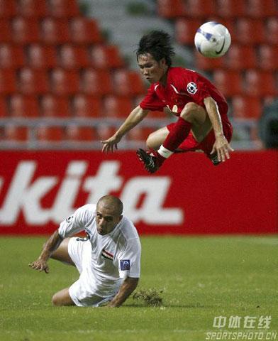 图文-伊拉克2-0淘汰越南进四强越队员展轻功
