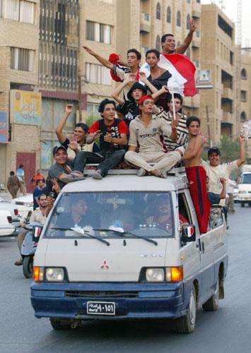 图文-伊拉克市民游街庆祝胜利群众开车游行庆祝