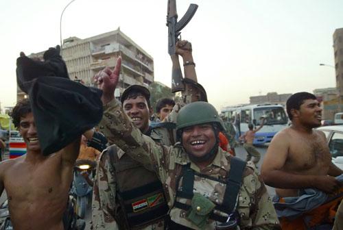 图文-伊拉克市民游街庆祝胜利武装士兵举枪庆贺