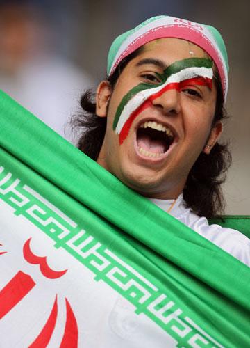 图文-球迷热情助阵伊韩之战伊朗球迷疯狂呐喊助威