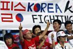 图文-球迷热情助阵伊韩之战韩国球迷信心十足