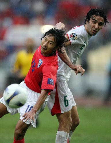 图文-[亚洲杯]伊朗队VS韩国队危险的拼抢动作