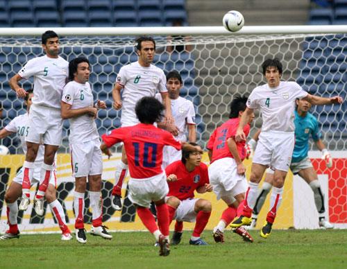 图文-[亚洲杯]伊朗队VS韩国队韩国队打中横梁