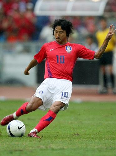 图文-[亚洲杯]伊朗队VS韩国队李天秀大脚射门