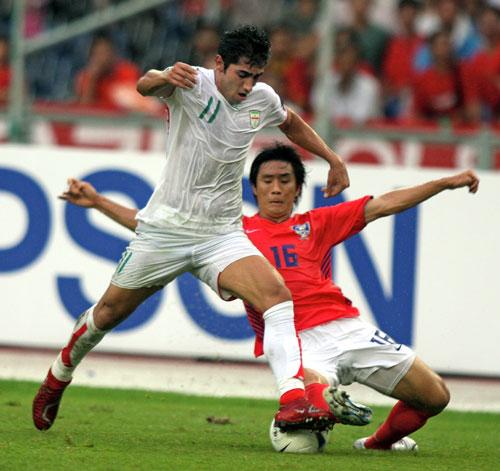 图文-[亚洲杯]伊朗队VS韩国队马丹奇勇往直前