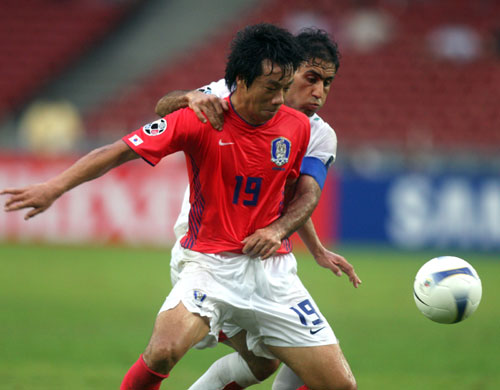 图文-[亚洲杯]伊朗队VS韩国队阎基熏倚住对手