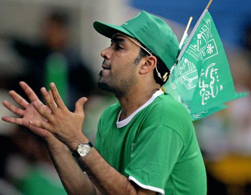 图文-热情球迷为沙乌之战加油助威沙特球迷鼓掌