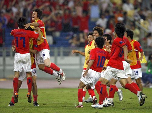 图文-韩国点球4-2伊朗晋级四强韩国队员狂欢!