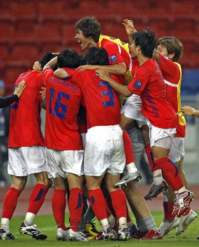 图文-韩国点球4-2伊朗晋级四强无法言喻的喜悦