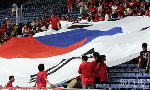 图文-球迷热情助阵韩伊之战看台上的巨幅韩国旗
