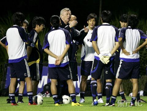 图文-[亚洲杯]日本队积极备战半决赛奥西姆布置战术