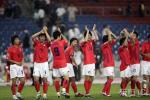 图文-韩国点球4-2伊朗晋级四强韩队员向球迷致意