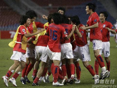 图文-韩国点球4-2伊朗晋级四强韩队员拥抱庆祝
