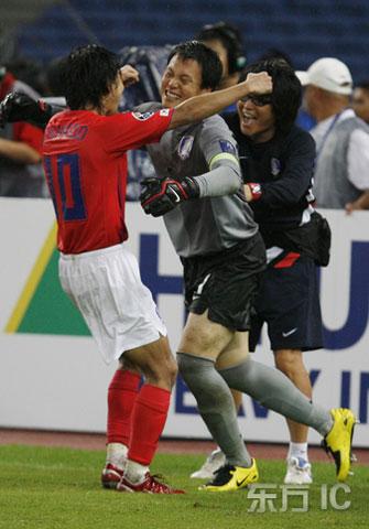 图文-韩国点球4-2伊朗进四强李天秀与李云在拥抱庆祝