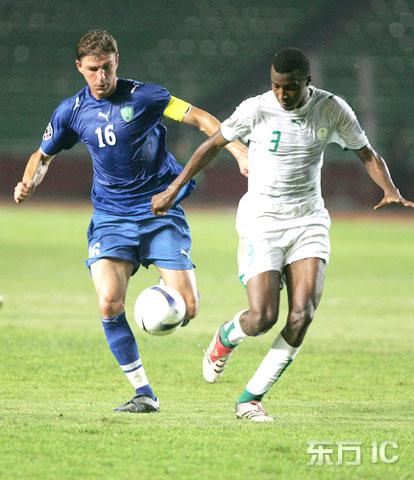 图文-[亚洲杯]沙特VS乌兹别克双方队员全力拼抢