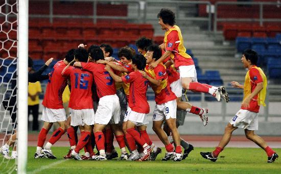 图文-韩国点球4-2伊朗晋级四强将胜利揽在怀里