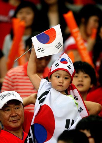图文-热情球迷助阵伊韩之战韩国可爱小球迷高举国旗