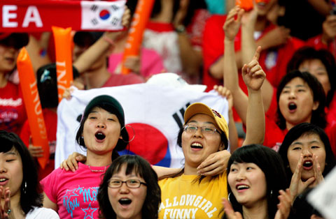 图文-热情球迷助阵伊韩之战韩女球迷齐声呐喊