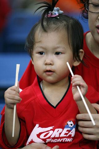 图文-热情球迷助阵伊韩之战小球迷紧盯赛场风云