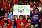 图文-热情球迷助阵伊韩之战韩球迷高举横幅