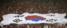 图文-热情球迷助阵伊韩之战韩球迷拖起巨大国旗