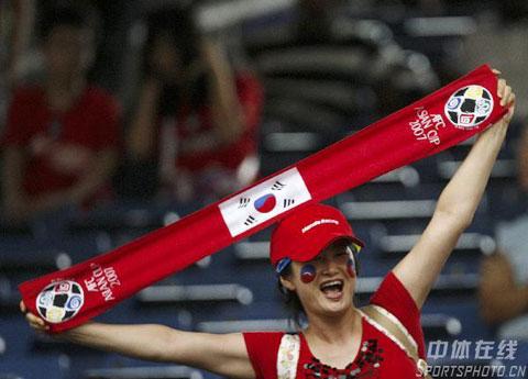 图文-热情球迷助阵伊韩之战女球迷释放激情