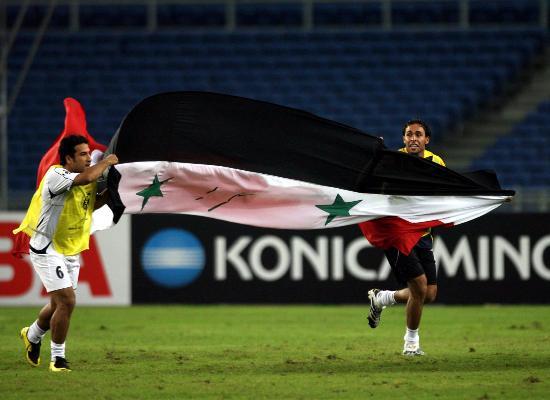 图文-伊拉克点球淘汰韩国进决赛伊球员托着国旗庆祝