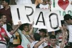 图文-热情球迷助阵伊沙决战祖国是他们共同的爱