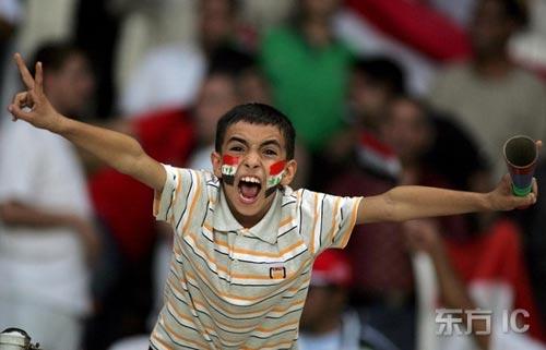 图文-热情球迷助阵伊沙决战伊拉克人勇往直前