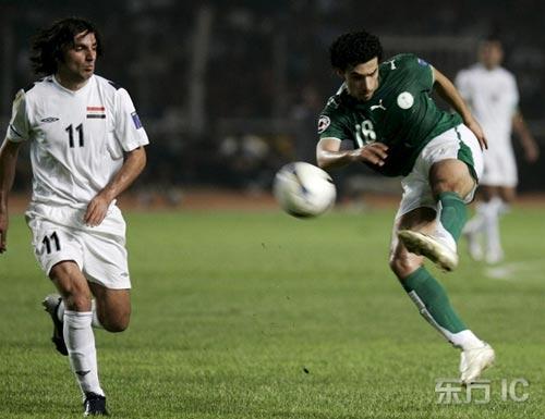图文-[亚洲杯]伊拉克VS沙特卡赫塔尼拔脚抽射