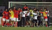图文-[亚洲杯]韩国队6-5日本队韩国队员欢庆胜利