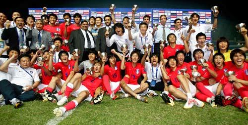 图文-[亚洲杯]韩国队6-5日本队韩国队员手捧奖杯