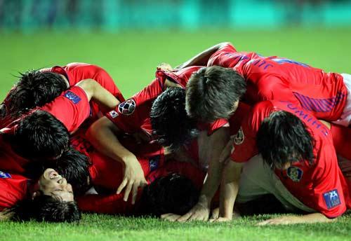 图文-[亚洲杯]韩国队6-5日本队特别的庆祝方式