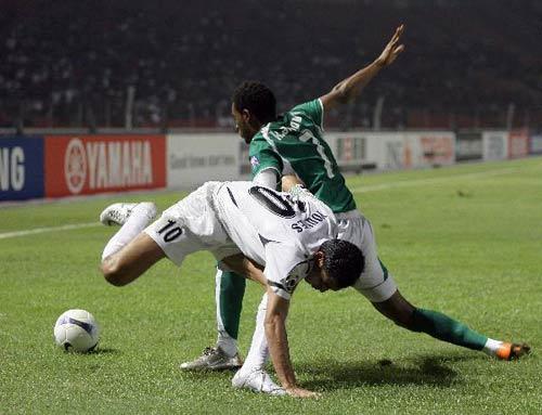 图文-[亚洲杯]伊拉克VS沙特尤尼斯和沙特对手拼抢
