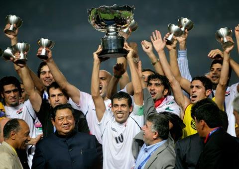图文-伊拉克夺得亚洲杯冠军冠军奖杯灿烂夺目
