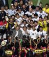 图文-伊拉克夺得亚洲杯冠军伊队被媒体包围