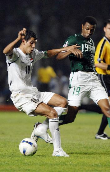 图文-[亚洲杯]伊拉克1-0沙特尤尼斯争取触球机会