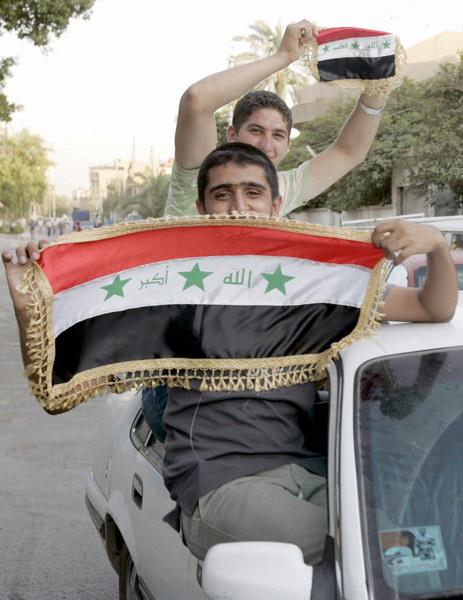 图文-伊拉克国民庆祝夺取亚洲杯青年举着国旗兜风
