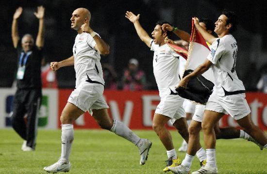 图文-伊拉克夺得亚洲杯冠军伊拉克队球员庆祝胜利