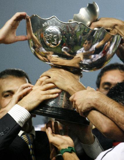 图文-伊拉克夺得亚洲杯冠军伊拉克队员捧杯庆胜利