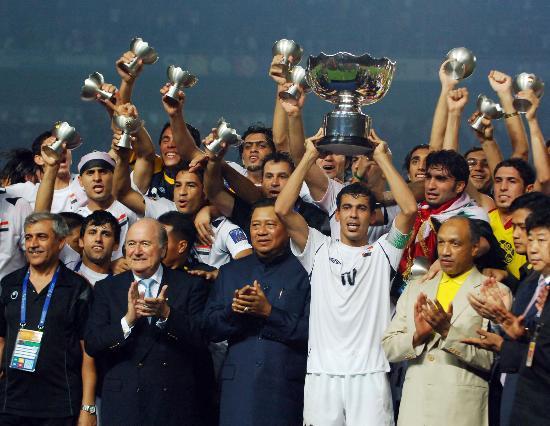 图文-伊拉克夺得亚洲杯冠军与教练分享胜利喜悦