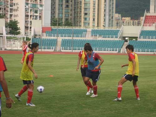 图文-中国女足赴澳门备战世界杯训练课真刀真枪打