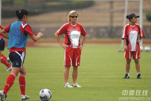 图文-中国女足武汉备战世界杯多曼斯基认真观战