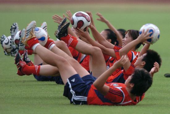 图文-中国女足加紧备战世界杯队员们练得开心